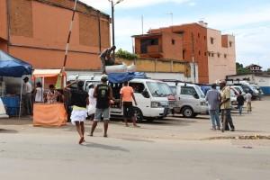 Des passagers embarquent dans un taxi-brousse de Ampasapito
