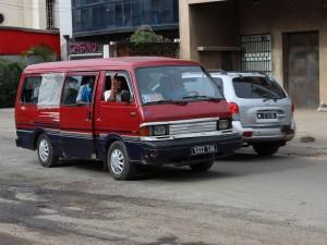 Un taxi-be minibus, roulant à Antsakaviro.