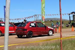 Des voitures au départ du Run de Madagascar.