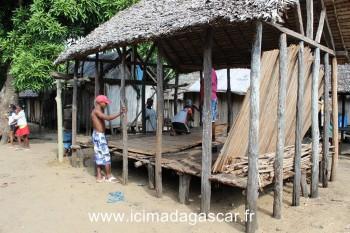Construction d'une maison dans le village entre le lac Rasoabe et l'océan indien, à Manambato.