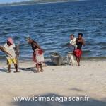 Des habitants de Manambato se promènent sur la plage