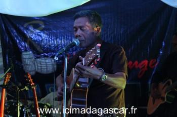 Il est rare que Fafah joue de la guitare