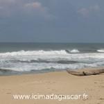 La mer semble forte, coté océan indien, à Manambato.