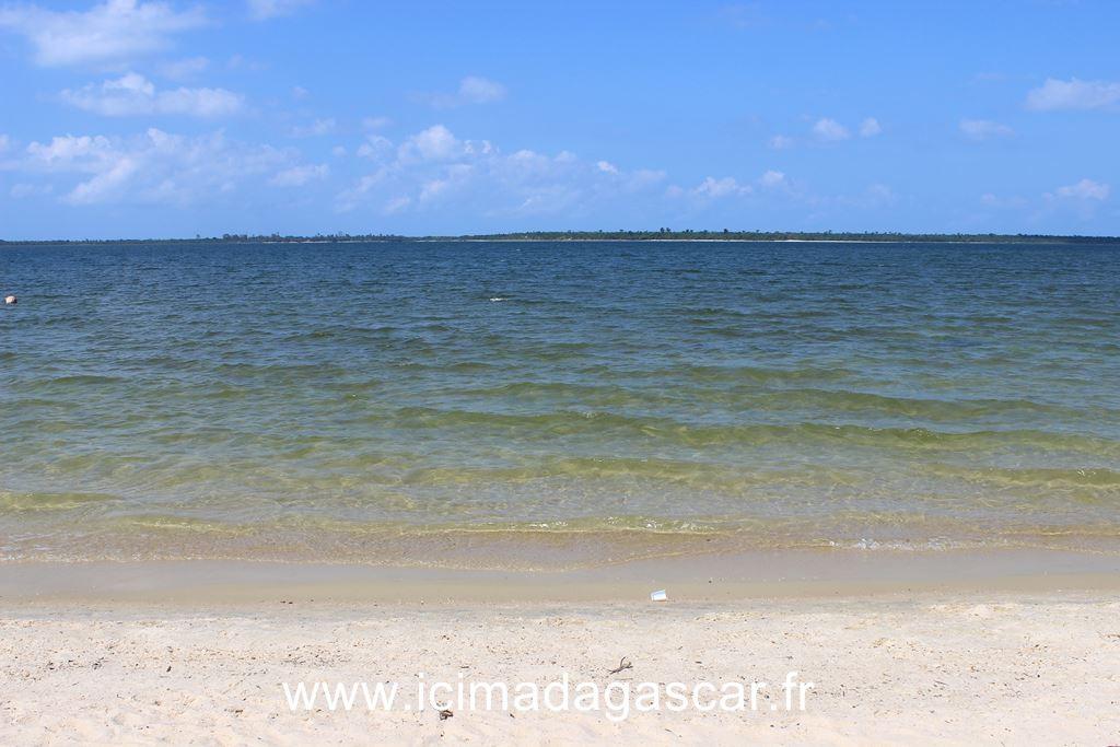 La plage du lac Rasoabe, Manambato
