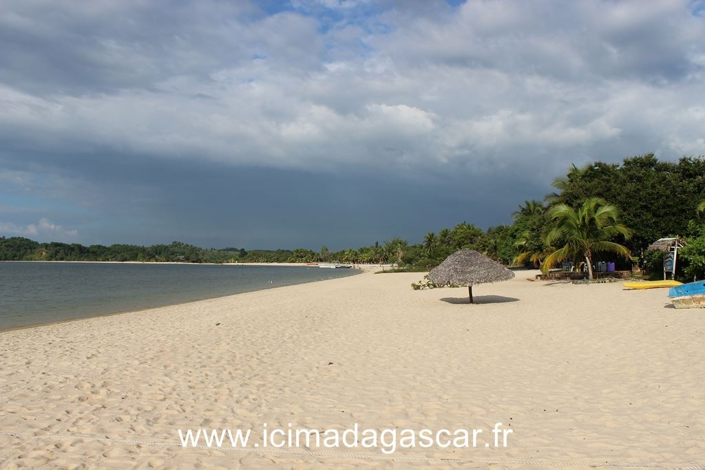 La plage du lac de Manambato