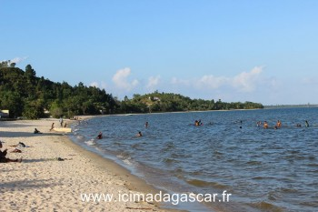 Des baigneurs dans le lac Rasoabe.