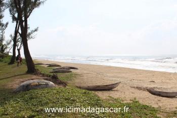 Il y a de nombreuses pirogues au bord de la mer de Manambato.