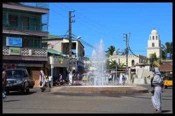 Fontaine sur une place centrale à Hellville