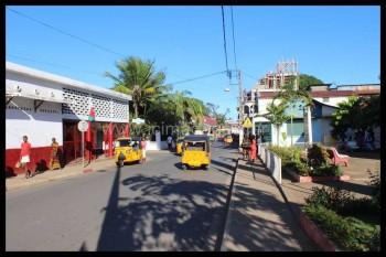 Des tuktuks se déplacent à Hellville