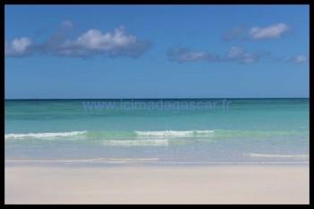 La mer à Nosy Iranja, belle, calme, avec de petites vagues