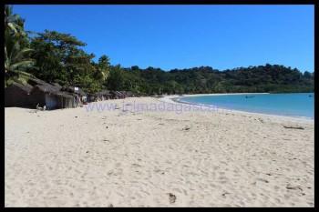 La plage d'Andilana est bordée de petites boutiques