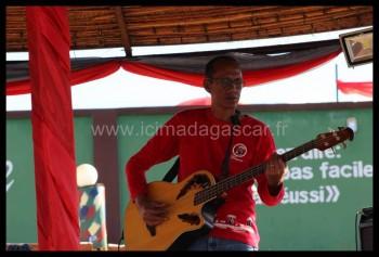 Le bassiste jouant avec les Mahaleo