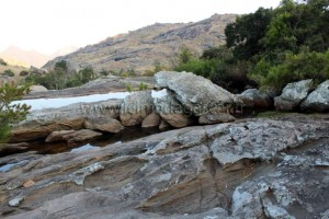 Au campement du Tsaranoro, il n'y a que ce point d'eau pour se laver.