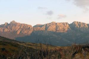 Une montagne de l'Andringitra éclairée par le soleil