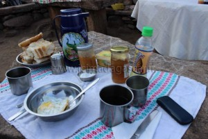 Le petit déjeuner servi par les guides