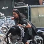 Lary et la moto sur la scène
