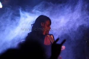 Iary, rockeuse de Madagascar, sous les fumées