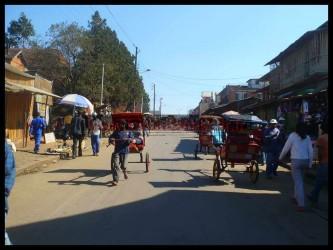 Pousse-pousse dans une rue d'Antsirabe.