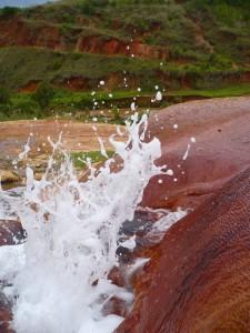 Gros plan sur un geyser à Ampefy