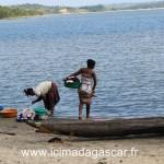 Des riverains lavant leur linge dans le lac