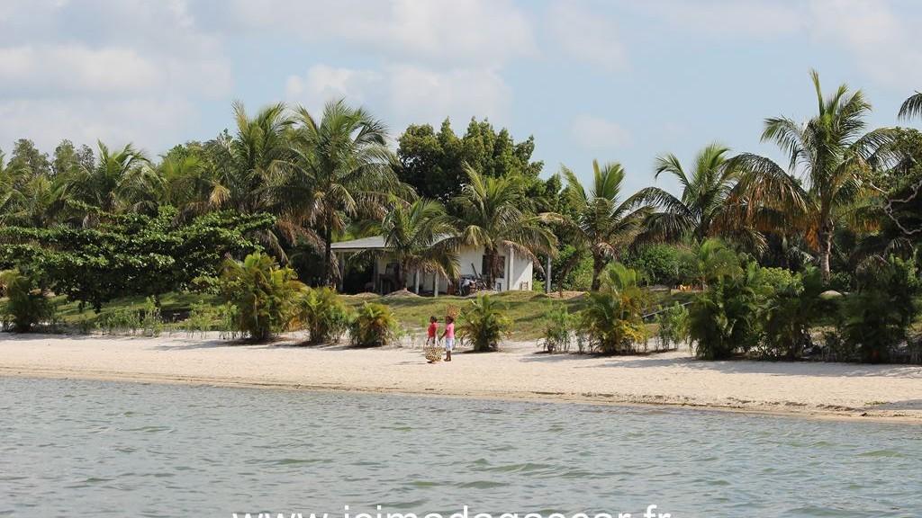 Paysage de Manambato, vu du lac