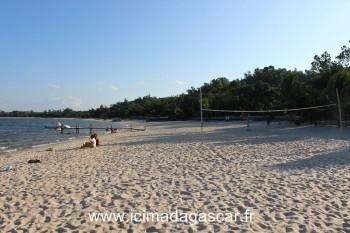 Terrain de Beach Volley, a Manambato, sur le lac Rasoabe.