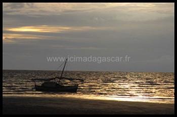 Le soleil se couche sur un bateau à Dzamandzar