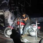 Nini de Kiaka bouge la moto de la scène